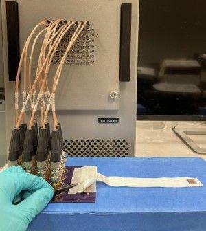 Parche de ultrasonido conectado al dispositivo de configuración. (Foto Nature Biomedical Engineering. Universidad de California San Diego)